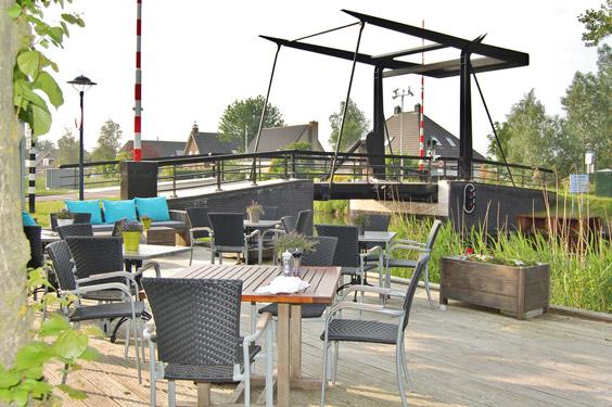 Terras aan het water bij restaurant It Polderhus
